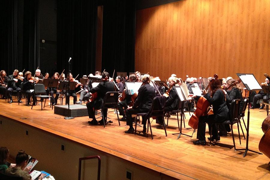 The+Louisville+Orchestra+warms+up+for+its+performance.%0A